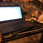 Schreiben in der Lobby des Hotel Adlon