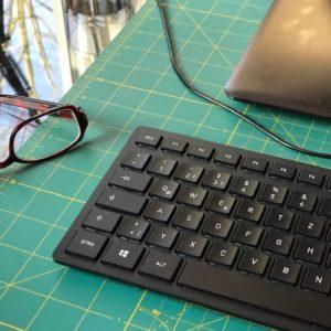 Zuhause am Schreibtisch: schreiben, schreiben, schreiben und schreiben.
