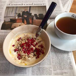 Zeitunglesen beim Frühstück