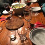 Abendessen am großen Küchentisch mit acht Krimiautorinnen