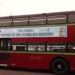 Der rote Bus parkte vorm Hotel