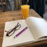 Journal schreiben und Orangenlavendelschorle trinken im Café