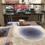 Cappuccino und Zeitung