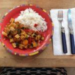 Mittagessen. Mit roter Curry-Paste scharf gewürzt.