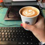 Mit einem Cappuccino den Newsletter schreiben.