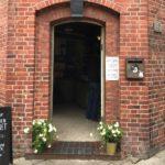 Oh, die Tür zum Café Bakeliet ist wieder offen.