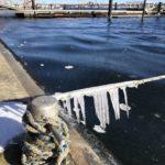 Eiszapfen im eiskalten Wind.