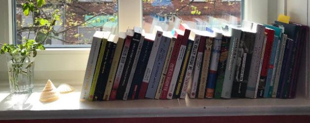 Ungelesene Bücher oder das appetitliche Fensterbankbücherregal